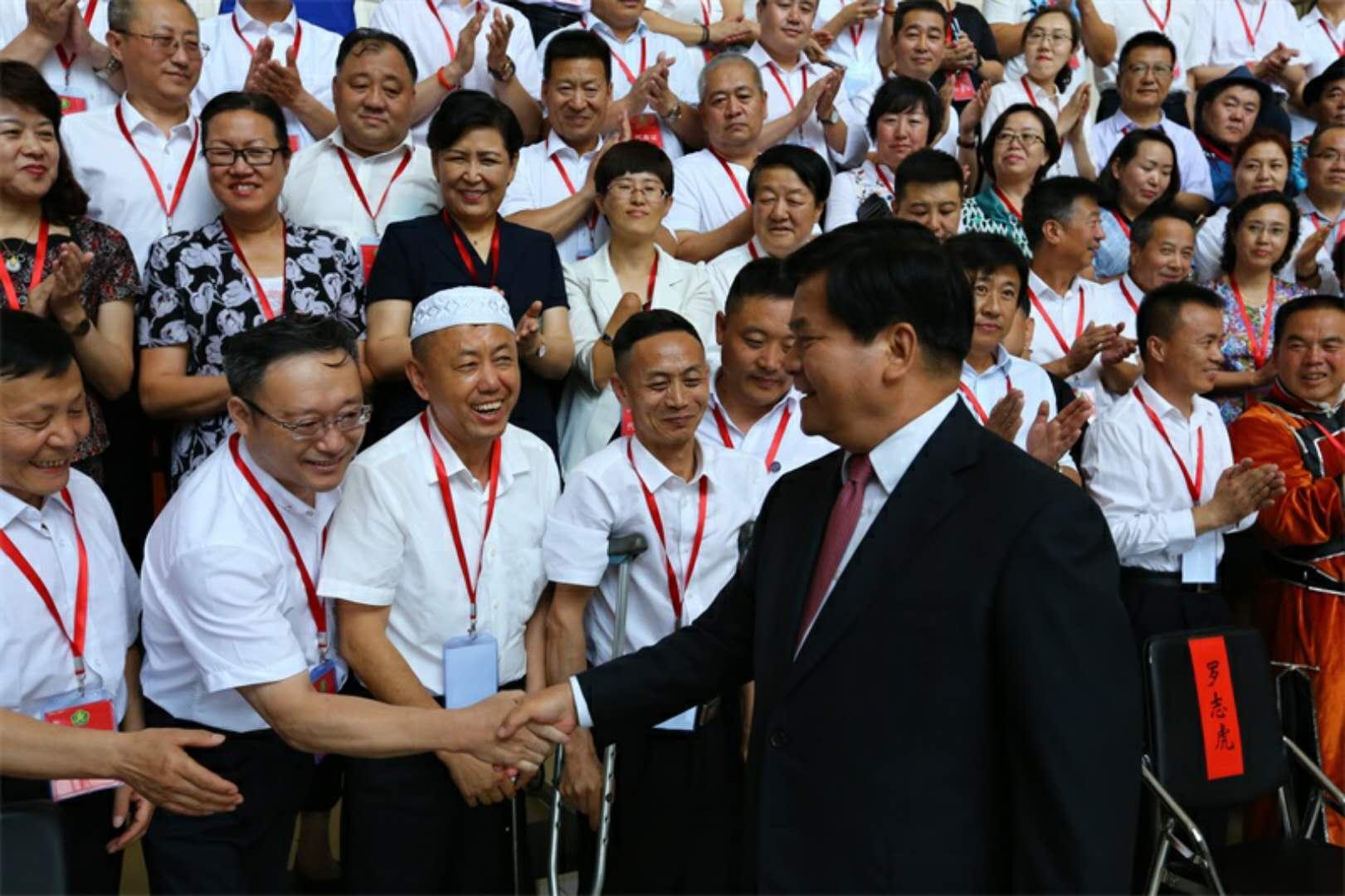 李纪恒书记看望参加自治区残联第七次代表大会代表