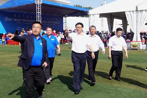 """内蒙古自治区副主席欧阳晓晖看望斯达克""""世界从此欢声笑语""""<br>中国(内蒙古)项目受赠群众及专家、志愿者"""