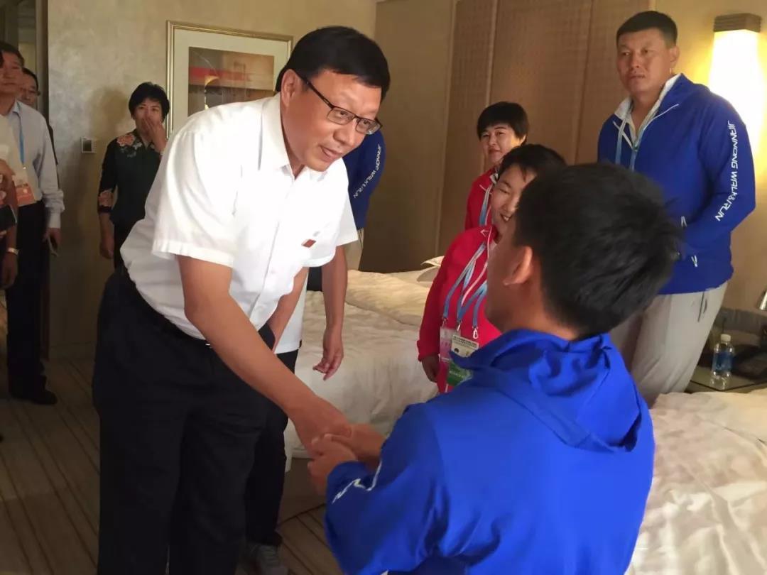 内蒙古自治区副主席欧阳晓晖在天津看望自治区残疾人运动员